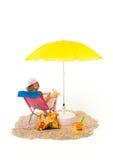 Rustig strand met vrouw als voorzitter royalty-vrije stock afbeeldingen