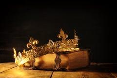 rustig van koningin/koningskroon op oud boek Gefiltreerde wijnoogst fantasie middeleeuwse periode stock foto