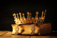 rustig van koningin/koningskroon op oud boek Gefiltreerde wijnoogst fantasie middeleeuwse periode royalty-vrije stock afbeelding