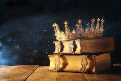 rustig van koningin/koningskroon op oude boeken Gefiltreerde wijnoogst fantasie middeleeuwse periode royalty-vrije stock fotografie