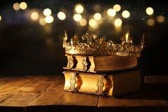 rustig van mooie koningin/koningskroon op oude boeken Gefiltreerde wijnoogst fantasie middeleeuwse periode royalty-vrije stock foto's