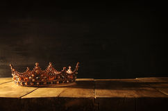 rustig van mooie koningin/koningskroon over houten lijst Gefiltreerde wijnoogst fantasie middeleeuwse periode stock foto's