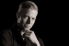 Rustig zwart-wit portret van de jonge verleidelijke mens. Royalty-vrije Stock Foto's