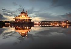 Rustige dageraad bij Putra-Moskee Stock Foto's