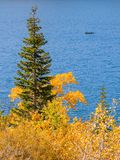 Rustige de herfstscène met vissersboot op een bergmeer stock afbeelding