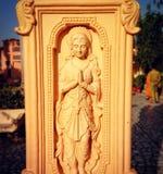 Rustige gravure van vrouw het bidden in India royalty-vrije stock afbeeldingen