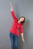 Rustige jonge vrouw die haar gebruiken wijd open wapens om te vliegen stock afbeelding