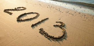 Rustige kust met 2013 die op zand wordt getrokken Stock Afbeeldingen