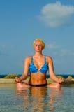 Rustige Mediterende Vrouw in Pool in Paradijs Royalty-vrije Stock Afbeeldingen