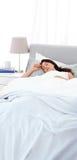 Rustige moederslaap peacfully op het bed Stock Fotografie