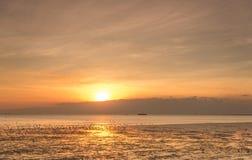 Rustige scène met zeemeeuw het vliegen zonsondergang Royalty-vrije Stock Foto