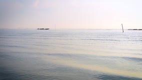 Rustige scène van zonsopgang met bewolkte hemel over zeegezicht in de ochtend stock videobeelden