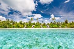 Rustige strandscène Exotisch tropisch strandlandschap voor achtergrond of behang Ontwerp van de vakantieconcept van de de zomerva royalty-vrije stock fotografie