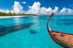 Rustige strandscène Exotisch tropisch strandlandschap voor achtergrond of behang Ontwerp van de vakantieconcept van de de zomerva stock afbeeldingen