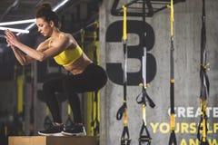 Rustige vrouw die lichaamsbeweging maken stock afbeeldingen