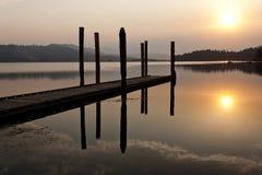 Rustige warme zonsopgang over meer stock foto