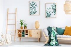 Rustikal entspannen Sie sich Raum mit Schrank Stockbild