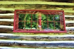 Rustikale alte Blockhausfenster gelegen in Childwold, New York, Vereinigte Staaten Stockbilder