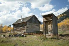 Rustikale alte Kabine und Nebengebäude in der Fall-Jahreszeit Stockfoto