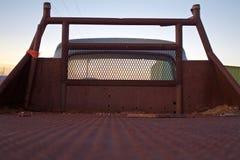 Rustikale alte Ladefläche-Ansicht von hinten in Richtung zur Kabine Stockbilder