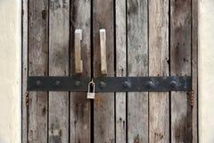 Rustikale alte Plankentür mit Verschluss Stockbild