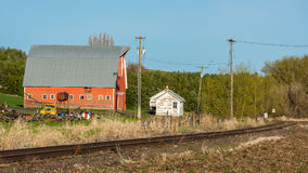 Rustikale alte Scheune und verrostete Bahngleise Stockbilder