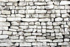 Rustikale alte Wand mit wei?en Ziegelsteinen, verschiedene Gr??en stockfotografie