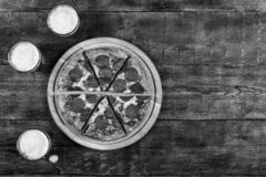 Rustikale Art Pizza, Italiener, Lebensmittel, Tabelle, hölzern, Pepperonis, Spitze, Ansicht, geschmackvoll, Käse, Kopienraum, Dra lizenzfreie stockfotos
