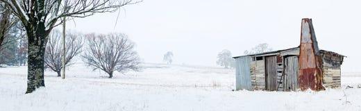 Rustikale Bauholzkabine mit Kamin in der Landschaft des verschneiten Winters stockfoto