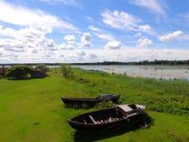 Rustikale Boote nahe dem See, Lettland im Sommer Stockbild