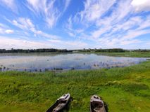 Rustikale Boote nahe dem See, Lettland im Sommer Lizenzfreie Stockfotografie