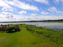 Rustikale Boote nahe dem See, Lettland im Sommer Lizenzfreies Stockfoto