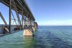 Rustikale Brücke über dem Wasser Lizenzfreie Stockbilder