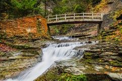 Rustikale Brücke über Strom Lizenzfreie Stockfotos