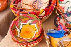 Rustikale bunt gemalte hölzerne Schüsseln im traditionellen Markt Stockbilder
