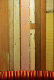 Rustikale bunte hölzerne Planke mit einer begrenzten Ansicht des bunten Sofas Lizenzfreie Stockfotos