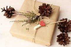 Rustikale Dekoridee für Geschenkverpackungsthema Lizenzfreie Stockfotos