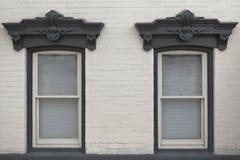Rustikale Doppelfenster lizenzfreie stockfotos