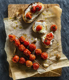 Rustikale gebratene Tomaten u. Knoblauch auf Chiabata Stockbilder