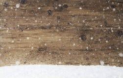 Rustikale hölzerne Beschaffenheit, Hintergrund mit Schneeflocken, Kopien-Raum, Schnee Stockfoto