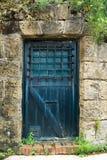 rustikale hölzerne blaue Tür stockfoto