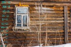 Rustikale Hütte des Fensters in der Kälte Stockbild