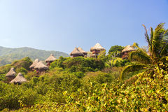Rustikale Hütten im Dschungel stockfoto