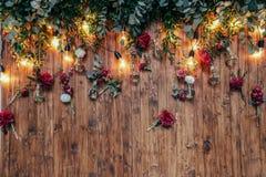 Rustikale Hochzeitsfotozone Handgemachte Hochzeitsdekorationen schließt Passfotoautomatrotblumen mit ein lizenzfreie stockfotos