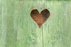 Rustikale Holztür mit einem Herzen Lizenzfreies Stockfoto