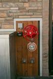 Rustikale industrielle Tür mit rotem Ventil-Rad Lizenzfreies Stockfoto