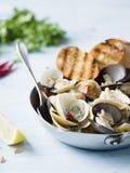 Rustikale italienische vongole Muscheln in der Weißweinsoße Stockbilder