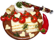 Rustikale Käseservierplatte mit Tomaten, rotem Pfeffer und Messer Stockbilder