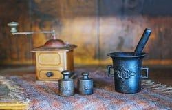 Rustikale Kaffeemühle, Gewichte und casted des Mörsers Natur noch Stockbilder
