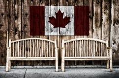 Rustikale Klotz-Bänke mit Kanada-Flagge lizenzfreie stockfotografie